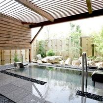【大浴場-露天風呂】美肌の湯としても有名な白浜温泉のお湯。お風呂上がりの肌はすべすべもちもち。
