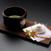 【夕食一例】お食事の〆は濃いお抹茶とお菓子でお口直しを。