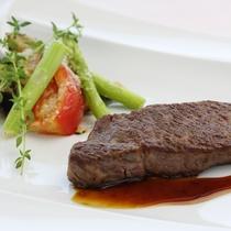 【熊野牛ステーキ(一例)】肉の繊維や霜降りがきめ細やかで、肉本来の旨味を味わえる逸品です。