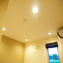 部屋照明はすべてダウンライトで調光可能です