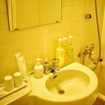 各客室にバス・洗面・トイレがございます 歯ブラシ・髭剃り・綿棒などもご用意しています