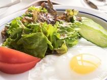 朝食の卵は地元の農家さんが届けてくれる新鮮な卵です