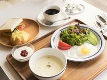 朝食のパンは北海道産小麦を使った自家製 ふっくらやわらかを愉しんでください