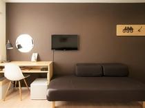 ツインルーム客室画像 冷蔵庫・大小の鏡など備えています