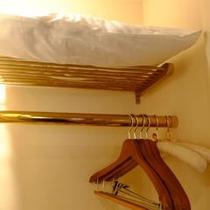 クローゼットの中には、予備枕がございます。