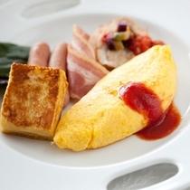 【朝食バイキング】あつあつオムレツと黒蜜をかけたフレンチトースト