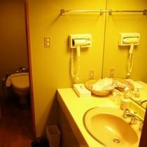 【客室】落ち着いた色合いのバスルームと洗面コーナー