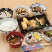 *朝食(和食一例)/ご飯・汁物・焼き魚など、体にやさしい和定食です。
