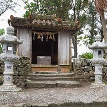 *周辺(川平観音堂)/お堂の中には千手観音様のような絵が飾られています。