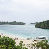*周辺(川平湾)/世界有数の透明度を誇る海が一面に広がります。