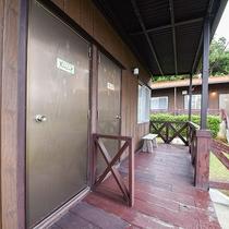 *外観(コテージ・ツイン)/色鮮やかな花や緑の木々に囲まれたコテージタイプのお部屋です。