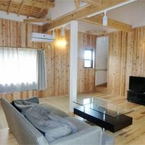 103号棟-「楽」raku 10名様まで余裕の広さ。高い天井が解放感を演出するリビングルーム。