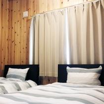 103号棟-「楽」raku エアコン完備、明るく快適におやすみ頂けるベッドルームです。