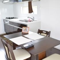 106号棟-「チョコ」 広々とした使いやすいキッチン ダイニングテーブルも