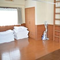 101号棟-「癒」iyashi 布団を敷いても大丈夫 十分なスペースのリビングルーム