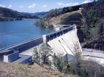 【庶路ダム】ダム周辺や庶路川渓谷の紅葉などへ大勢の観光客が訪れます