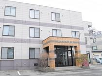 【別館ファミリー棟】入口は右手の階段です。2階と3階で和室4部屋ございます。