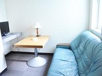 【客室備品】ライティングデスクやソファも備え付いています。