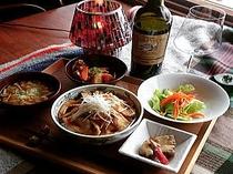 ある日の夕食例。(特製豚丼、肉じゃが、コンニャクの味噌ピリ辛煮、野菜サラダ、なめこのみそ汁)