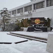 雪のサンテホテル外観。1年に一度降るかどうかという雪。これだけ降るのも珍しいので写真に収めました。