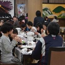 合宿プラン。ワイワイ、ガヤガヤで食事をしている。みんな楽しそうで良かったね。!(^^)!楽天500。