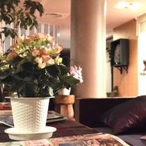 ホテルロビー。明るいオレンジと白を基調とした室内にお花が良く似合います。楽天500