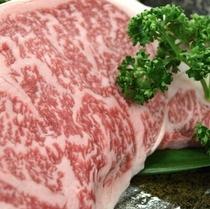霜降りが美しい松阪牛ステーキ250g。とっても甘いので、塩コショウの味付けだけで十分です。(*^^)