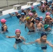 プールで遊ぶ子供たち。ホテルから徒歩7分の所にあるよ。(*^^)v楽天500