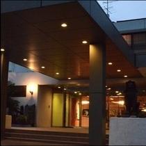 夕方のホテル正面入り口。(*^^)v楽天500