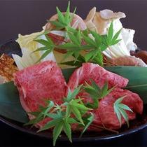 松阪牛すき焼き。季節のよって旬の野菜を使用します。キノコは洞窟農園の物をp使用します。(*^^)
