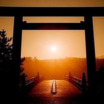 伊勢神宮内宮大鳥居前。この先に宇治橋があるんだね。そうだよ。お参りに行かなきゃね。