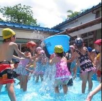 プールで遊ぶこどもたち。夏の風景。楽しそうでいいね!(*^^)v楽天500