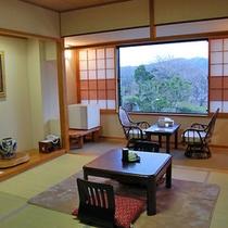明るい和室。10畳+椅子テーブルの広さがあります。ご家族やご友人どうしでお使いください。