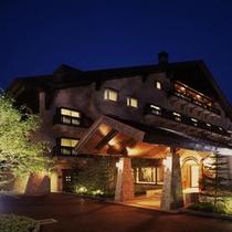 美しく輝く夜のホテル外観