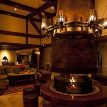 冬にはロビー暖炉に火が灯り心から癒されます