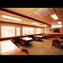 開放的なお食事処は冬の雪景色や小野川湖を身ながらゆっくりとお食事を楽しめます