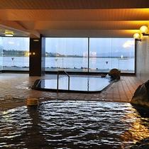 柴山潟をのぞむ大浴場