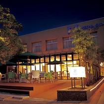 *【レストラン/オアゾ】灯りの灯る夜の外観。