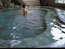 天然温泉かけ流しの女性用内湯、泉質はナトリュウム塩化物泉、効能:疲労回復、神経痛、婦人病、リュウマチ