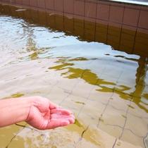 *露天風呂一例/やわらかくトロッとしたナトリウム塩化物泉のお湯は、体が芯まで温まります。