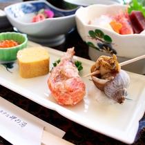 *岬御膳ふぐ鍋コース/地元で獲れる日本海の魚介類をつかった珍味やお刺身がところ狭しとお膳に並びます。