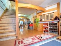 【館内】玄関ホール。自慢の温泉や季節の料理、四季折々の景色を心ゆくまでご堪能ください。