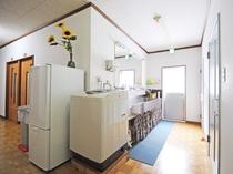 【館内】共用の洗面所・洗濯機・冷蔵庫を設置しております。無料でご利用いただけます。