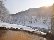 【露天風呂】女湯露天風呂。目の前に広がる景色を朝日が照らし、とても神秘的です!