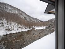 【川側和室】見市川の穏やかな川の流れを眺めることができます。
