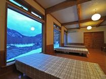 【館内】御食事処の大きな窓からは大自然を望むことができます。四季折々の景色を楽しみながら御食事を…♪