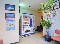 【館内】こちらはアイス・お酒の自動販売機を設置しております。