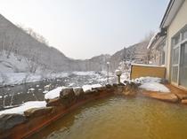 【露天風呂】男湯露天風呂。目の前には圧倒するほどの山の景色と見市川が広がります。