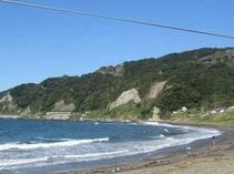 波が静かで水のきれいな遠浅海岸。鋸山の直下にあって山の景色が魅力的だ。岩場もあり、磯遊びができる。
