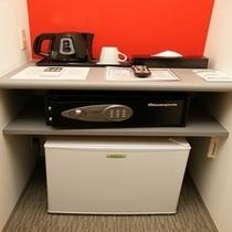 客室入口付近に冷蔵庫、貸金庫、ポットを設置しております